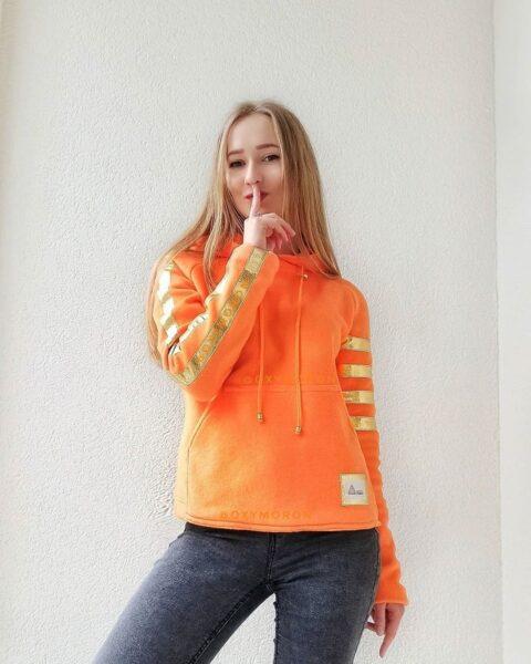 Толстовка оранжевая с золотыми полосами